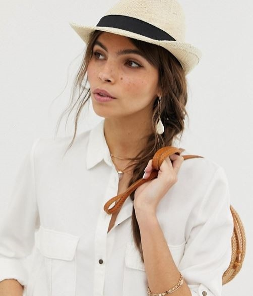 Straw accessories: timeless pieces for any chic outfit!